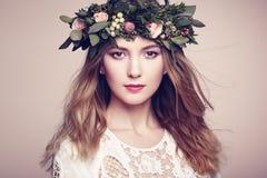 Красивая белокурая женщина с венком цветка на ее голове Стоковая Фотография RF