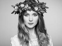Красивая белокурая женщина с венком цветка на ее голове Стоковое фото RF