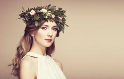 Красивая белокурая женщина с венком цветка на ее голове Стоковое Фото