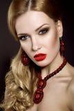 Красивая белокурая женщина с составом вечера и красными губами Стоковые Фото