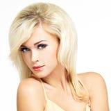 Красивая белокурая женщина с стилем причёсок стиля стоковое фото rf