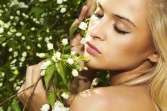 Красивая белокурая женщина с яблоней. лето Стоковые Фото