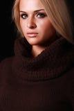 Красивая белокурая женщина. черная предпосылка Стоковое фото RF