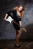 Красивая белокурая играя гитара в студии Стоковая Фотография RF