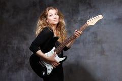 Красивая белокурая играя гитара Стоковые Фотографии RF