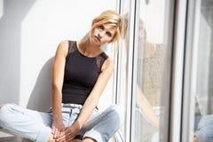 Красивая белокурая молодая женщина в непринужденном стиле модель способа платья золотистая стоковое фото rf