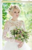 Красивая белокурая невеста в роскошном платье Стоковое Изображение