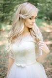 Красивая белокурая невеста касается ее волосам чувствительно стоковые фото