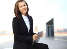 Красивая бизнес-леди брюнет работая на таблетке Стоковое фото RF