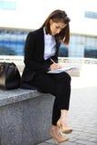 Красивая бизнес-леди брюнет работая на таблетке Стоковые Фотографии RF