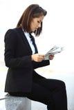 Красивая бизнес-леди брюнет работая на таблетке Стоковое Фото