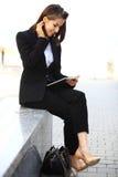 Красивая бизнес-леди брюнет работая на таблетке Стоковые Фото