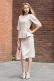 Красивая бизнес-леди в бежевом костюме Стоковая Фотография RF