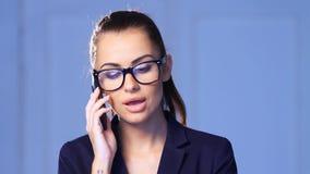 Красивая бизнес-леди говорит сотовый телефон сток-видео