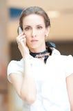 Красивая бизнес-леди говоря на сотовом телефоне Стоковое Изображение