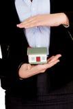 Красивая бизнес-леди держа модель дома Стоковые Изображения RF
