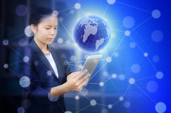 Красивая бизнес-леди держа таблетку и пользу для искать информацию или соединять социальные средства массовой информации иллюстрация вектора