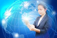 Красивая бизнес-леди держа таблетку и пользу для искать информацию или соединять социальные средства массовой информации бесплатная иллюстрация