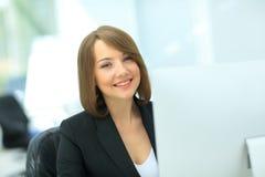 Красивая бизнес-леди мечтая пока работающ на компьютере на h Стоковые Изображения RF