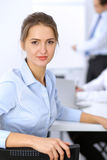 Красивая бизнес-леди на предпосылке бизнесменов Стоковые Изображения