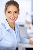 Красивая бизнес-леди на предпосылке бизнесменов Стоковое Изображение