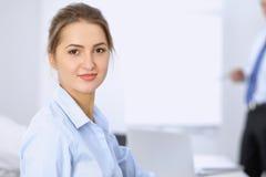 Красивая бизнес-леди на предпосылке бизнесменов Стоковая Фотография