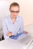 Красивая бизнес-леди работая на столе Стоковое фото RF