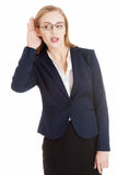 Красивая бизнес-леди сверх- слух, trouching ее ухо. стоковые изображения