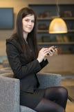 Красивая бизнес-леди сидя в офисе Стоковое Изображение