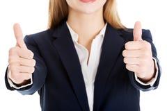 Красивая бизнес-леди с ее большим пальцем руки вверх, показывающ о'кеы. Стоковое Изображение