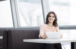 Красивая бизнес-леди в офисе Стоковое Изображение