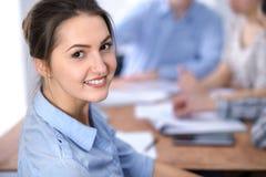 Красивая бизнес-леди на предпосылке бизнесменов Начните вверх команду Стоковая Фотография RF