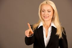 Красивая бизнес-леди presing avirtual кнопка на transparen Стоковые Изображения