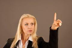 Красивая бизнес-леди presing avirtual кнопка на transparen Стоковое Изображение RF