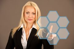Красивая бизнес-леди presing avirtual кнопка на transparen Стоковые Фотографии RF