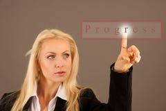 Красивая бизнес-леди presing avirtual кнопка на transparen Стоковая Фотография