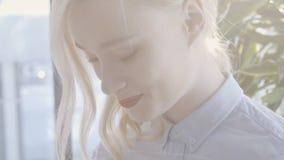 Красивая блондинка имеет полезного время работы в современном офисе сток-видео