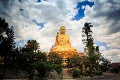 Красивая большая золотая статуя Будды посылая благословение Стоковая Фотография