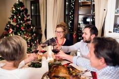 Красивая большая семья празднуя Christmat совместно Стоковые Фотографии RF
