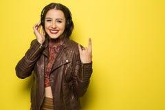 Красивая бразильская девушка наслаждаясь музыкой с головой знонит по телефону внутри Стоковые Фото
