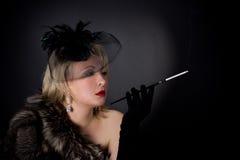 Красивая блестящая женщина в студии стоковые фотографии rf