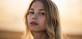Красивая блондинка в заходе солнца Стоковые Фотографии RF