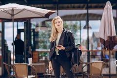 Красивая блондинка в кафе Стоковое фото RF