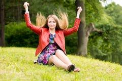 Красивая блондинка в парке лета Стоковое Фото
