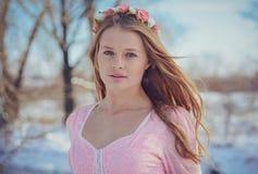Красивая блондинка в розовом платье outdoors в зиме стоковые изображения