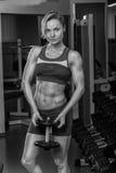 Красивая блондинка в спортзале Стоковая Фотография