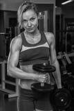 Красивая блондинка в спортзале Стоковые Изображения