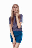 Красивая блондинка в юбке изолированной на белизне Стоковое Изображение RF