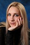 Красивая блондинка на голубой предпосылке Стоковое Фото