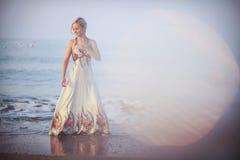 Красивая блондинка на заднем плане захода солнца Стоковое Изображение RF